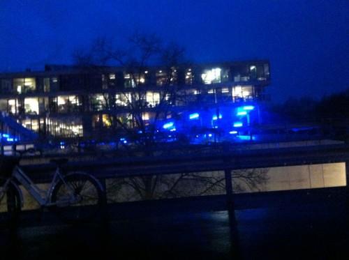 Naar huis. De lampen in de parkeergarage van Villa VPRO blijven een fraai beeld geven.