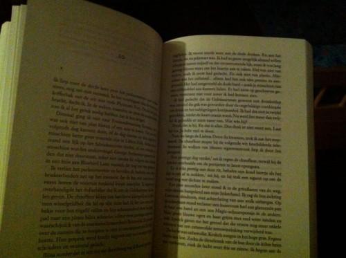 D. naar bed doen en terwijl hij in slaapt sukkelt lezen in Stephen Kings '22-11-1963'. Waanzinnig!