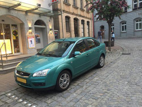 Auto op de Marktplatz in Uffenheim